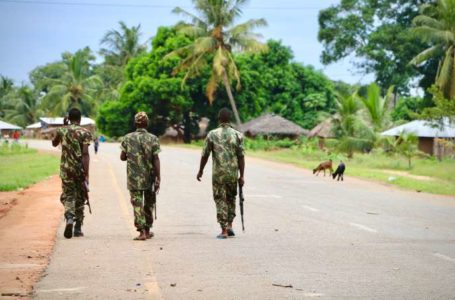 Soldiers from the Mozambican army patrol the streets after security in the area was increased, following a two-day attack from suspected islamists in October last year, on March 7, 2018 in Mocimboa da Praia, Mozambique.  / AFP PHOTO / ADRIEN BARBIER