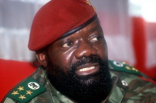 Angola: funérailles publiques du chef rebelle Jonas Savimbi, 17 ans après sa mort