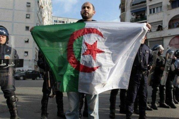 Algérie : à Alger, 57 ans après l'indépendance, la rue fête la « renaissance »