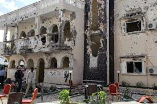 Un attentat à la voiture piégée et un siège de nuit à l'hôtel tuent 26 personnes à Kismayo en Somalie