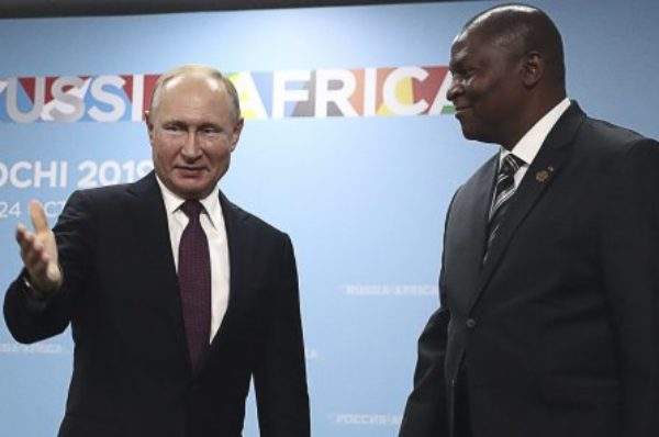 Centrafrique : à Sotchi, Faustin-Archange Touadéra demande des « armes lourdes » à Vladimir Poutine