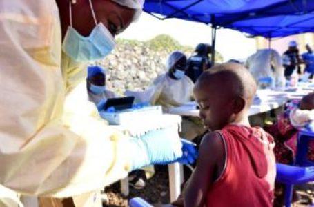 un agent de santé qui vaccine contre ebola