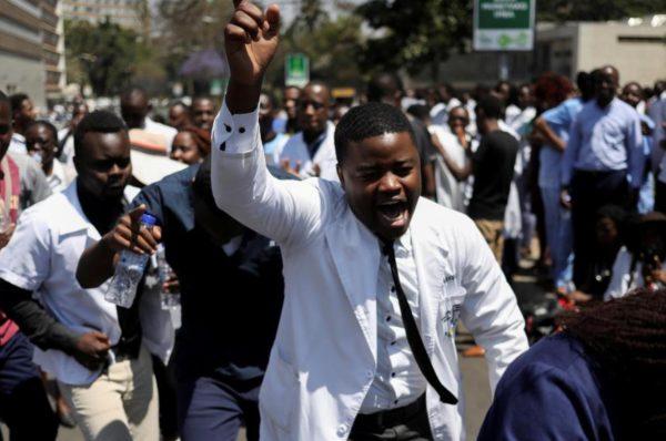 Le Zimbabwe licencie 211 médecins en grève alors que l'économie se détériore