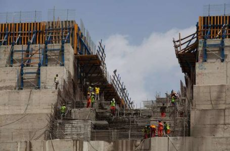 Ethiopian workers construct on March 31, 2015 the Grand Renaissance Dam near the Sudanese-Ethiopian border. Ethiopia began diverting the Blue Nile in May 2013 to build the 6,000 megawatt dam, which will be Africa's largest when completed in 2017. The leaders of Egypt and Ethiopia promised on March 24 to boost cooperation on the Nile river and turn a page on a long-running row over Addis Ababa's controversial dam project. Egypt, heavily reliant for millennia on the Nile for agriculture and drinking water, feared that the Grand Renaissance Dam would decrease its water supply.     AFP PHOTO / ZACHARIAS ABUBEKER (Photo by ZACHARIAS ABUBEKER / AFP)