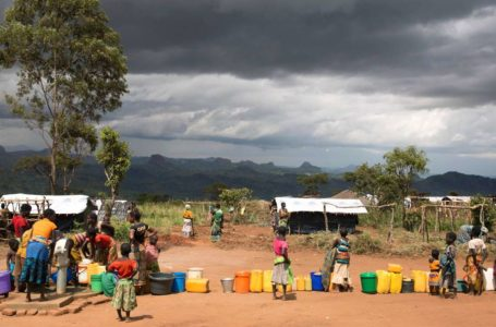 A picture released by the international humanitarian-aid non-governmental organization Medecins Sans Frontieres (MSF) (Doctors Without Borders) on February 17, 2016 shows Mozambican refugees, who fled clashes between supporters of Renamo opposition leader and government forces, queing for water at the camp they have set up in Malawi, on February 15, 2016. Approximately 6000 Mozambican nationals have camped in the village of Kapise II in Malawi after fleeing their homes in Mozambique. – RESTRICTED TO EDITORIAL USE – MANDATORY CREDIT «AFP PHOTO / MSF» – NO MARKETING NO ADVERTISING CAMPAIGNS – DISTRIBUTED AS A SERVICE TO CLIENTS == NO ARCHIVE / AFP / MSF / James OATWAY / RESTRICTED TO EDITORIAL USE – MANDATORY CREDIT «AFP PHOTO / MSF» – NO MARKETING NO ADVERTISING CAMPAIGNS – DISTRIBUTED AS A SERVICE TO CLIENTS == NO ARCHIVE