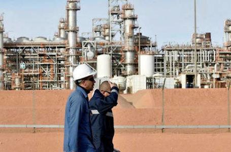 Très dépendante des hydrocarbures, l'Algérie doit faire face à un défi économique et sanitaire. © Ryad Kramdi / AFP