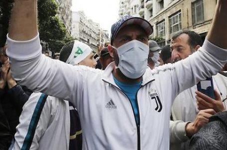 Face à la propagation du nouveau coronavirus en Algérie, les autorités ont interdit mardi soir les manifestations du hirak, le mouvement de contestation au sein même duquel des voix demandaient une suspension de la mobilisation, ininterrompue depuis un an. © Billal Bensalem / NurPhoto