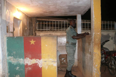 Un agent des forces de sécurité camerounaises monte la garde à la prison de Yaoundé, le 1er septembre 2017. REUTERS/Stringer