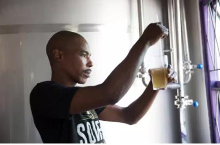 Un brasseur à Soweto, en Afrique du Sud, en février 2018. James Oatway / REUTERS