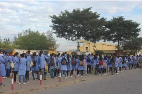 Devant le lycée du quartier d'Ampefiloha, dans le centre de la capitale, les élèves peinent à respecter la distanciation d'un mètre. Laetitia BEZAIN/RFI