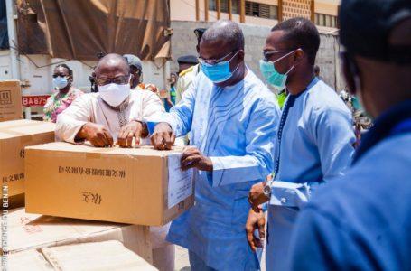 le ministre béninois de la santé reçoit du matériel.Crédits/photo: Présidence de la République