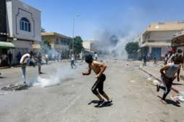 Affrontement entre policiers et manifestants en recherche d'emploi dans la ville tunisienne de Tataouine