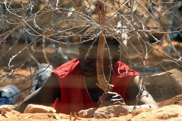 A la frontière entre Zimbabwe et Afrique du Sud, trafic de cigarettes et clandestins de la faim La contrebande prospère malgré le mur de barbelés érigé entre les deux pays au début de la crise du Covid-19 et déjà découpée en tous sens.