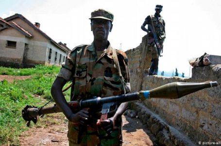 Dans l'est de la RDC, dans le territoire de Rutshuru, les habitants s'inquiètent de la présence d'un nouveau groupe rebelle qui serait une coalition de plusieurs autres groupes présents dans la région. Photo d'illustration. Un rebelle congolais surveille une zone de Rutschuru, le 22 novembre 2008.  Photo d'illustration. Un rebelle congolais surveille une zone de Rutschuru, le 22 novembre 2008. Depuis plusieurs semaines, les habitants du territoire de Rutshuru se plaignent de la présence de combattants appartenant à un nouveau groupe rebelle appelé CMC (Collectif des mouvements pour le changement).    Un groupe qui, selon plusieurs sources sur place, comprend descombattants Maï-Maï et des Nyatura combattants Maï-Maï et des Nyatura.   La présence de combattants de ce nouveau groupe rebelle est signalée à Kibende, une agglomération située à moins de 10 kilomètres de la cité de Kiwanja en territoire de Rutshuru.   Les habitants de la région, qui sont généralement des agriculteurs, déplorent le racket dont ils sont victimes de la part des combattants. C'est ce dont témoigne Sifa Makereko, une habitante :     «Beaucoup de ces combattants se trouvent à Kibende, ils ont des armes toutes neuves, on ne sait pas d'où ils sont venus. Ils sont là où se trouvent nos champs. Nous demandons que cette question soit réglée car on ne sait plus comment cultiver et subvenir aux besoins de nos enfants. Ils font payer cinq dollars  par agriculteur pour accéder aux champs.» Lire aussi → RDC-Ituri : la violence paralyse la reprise des cours :  Complicité La présence de ces rebelles est confirmée par certains députés de la province du Nord-Kivu, comme le député provincial  Adrien Syasemba qui dénonce aussi l'implication des autorités locales qui seraient complices de ces combattants pour racketter la population :  «Ce nouveau groupe rebelle CMC tracasse la population. Quand les habitants vont dans leurs champs à Kibende,  Kiseguro et Nyamirima,  les combattants leur imposent le paiement d'un