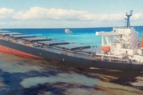 Un navire transportant près de 4 000 tonnes d'hydrocarbures échoué sur les côtes de l'île Maurice