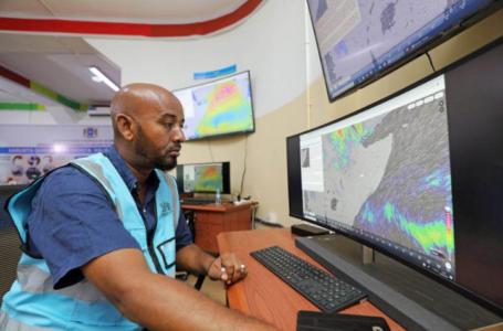 Khadar Sheikh Mohamed, directeur du nouveau centre national d'alerte rapide aux catastrophes conçu pour aider la Somalie à prévoir les catastrophes, surveille les conditions météorologiques dans le district de Wadajir à Mogadiscio, en Somalie, le 4 août 2020. REUTERS / Feisal Omar