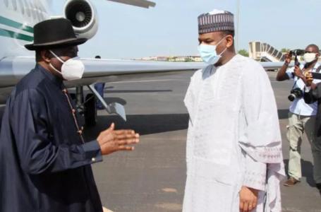 illustration) Le médiateur de la Cédéao, l'ex-président nigérian Goodluck Jonathan accueilli par le Premier ministre malien Boubou Cissé lors d'une visite à Bamako, le 23 juillet 2020. Press Service of Prime Ministry/Handout via REUTERS