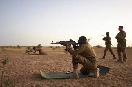 Des soldats burkinabè s'entraînent au tir dans le nord du Burkina Faso, le 12 novembre 2019 (image d'illustration). MICHELE CATTANI / AFP