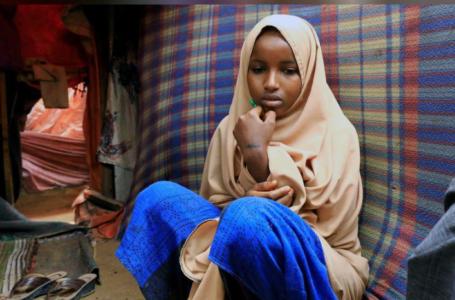 Nurta Mohamed, 13 ans, une fille somalienne est assise dans l'abri de fortune de sa mère après avoir fui un mariage forcé présumé au camp d'Alafuuto pour personnes déplacées dans le district de Garasbaaley à Mogadiscio, Somalie le 14 août 2020. REUTERS / Feisal Omar