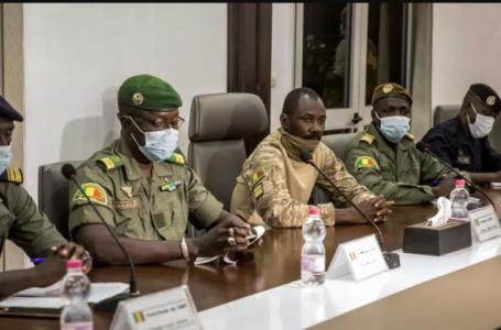 Le colonel Assimi Goïta (au centre), qui s'est déclaré chef du Comité national pour le salut du peuple, lors d'une rencontre avec une délégation de la Cédéao à Bamako, au Mali, le 22 août 2020