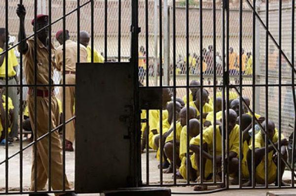 La population de prisonniers en Ouganda augmente, faisant craindre une épidémie de COVID-19