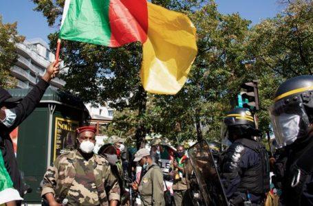 Une cinquantaine de Camerounais ont également manifesté devant l'ambassade du Cameroun à Paris, en France