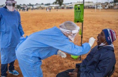 Un homme fait un test salivaire pour connaître son statut face au Covid-19, à Johannesburg, le 22 octobre 2020. LUCA SOLA / AFP