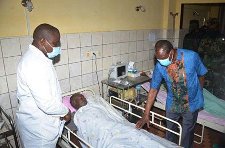 Le président guinéen Alpha Condé (à droite) rend visite à un policier à l'hôpital de Conakry, le 28 octobre 2020. CELLOU BINANI / AFP