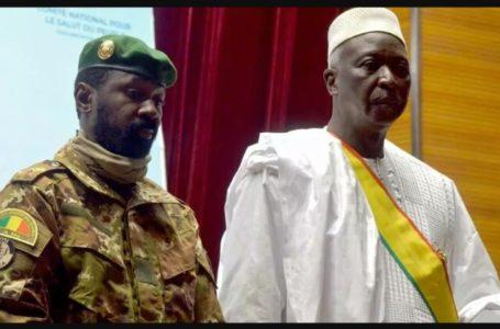 nouveau président par intérim du Mali Bah N'Daw assiste à la cérémonie d'inauguration avec le nouveau vice-président malien le colonel Assimi Goita à Bamako,
