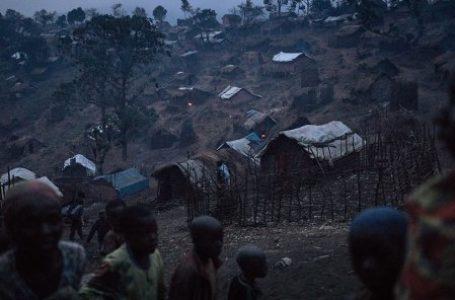 Des personnes déplacées de la communauté bafuliru se tiennent au milieu des abris de fortune du camp de Bijombo, dans la province du Sud-Kivu (Est de la RDC), le 8 octobre 2020. © ALEXIS HUGUET/AFP