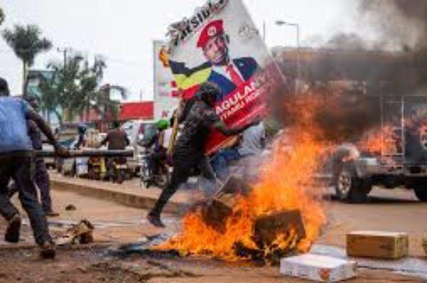 Ouganda : à deux mois de la présidentielle, l'inquiétante mobilisation d'hommes armés en civil
