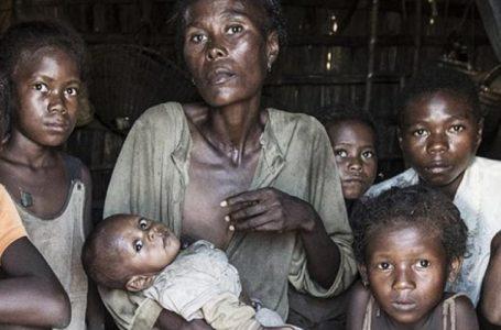 Les personnes âgées et les enfants sont parmi les premières victimes de la crise alimentaire, dans le sud de Madagascar, en novembre 2020.
