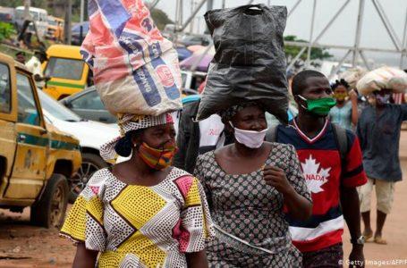 Des vendeuses de marchandises dans la rue à Lagos, capitale économique du Nigeria.
