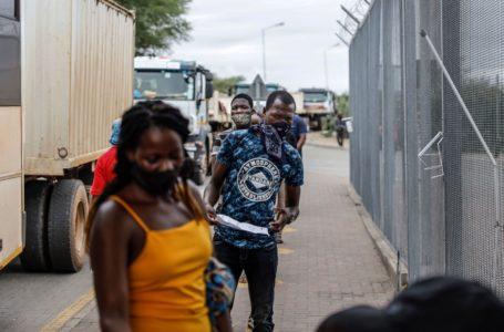 PHOTO GUILLEM SARTORIO, ARCHIVES AGENCE FRANCE-PRESSE Des voyageurs en provenance du Zimbabwe faisant la queue au poste-frontière sud-africain de Beitbridge, le 8 janvier 2021. Durant la fin de semaine, des milliers de personnes ont tenté d'entrer en Afrique du Sud depuis le Zimbabwe voisin, où un nouveau confinement a été mis en place.