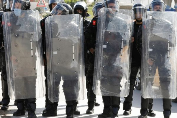 « En plein Covid, l'exécutif paie pour du matériel répressif, mais pas pour du médical » : en Tunisie, le nouveau gouvernement contesté par la rue