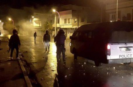 Des dizaines de jeunes ont été arrêtés après des troubles nocturnes à Tunis et dans d'autres villes du pays, les 16 et 17 janvier 2021. © Hedi Sfar/AP/SIPA