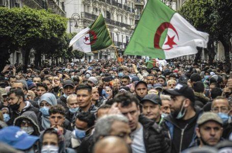 Algérie : des milliers de manifestants dans la rue pour relancer le Hirak